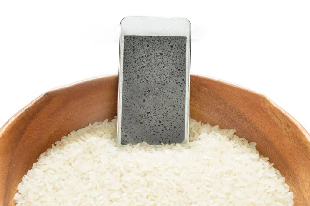 Islak Bir Cep Telefonu Nasıl Kurutulur? 10 Adım